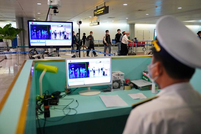 Phát hiện 2 vợ chồng từ Ý lọt vòng kiểm dịch ở sân bay Tân Sơn Nhất, hàng xóm báo công an 3