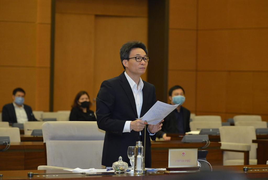 Phó thủ tướng Vũ Đức Đam báo cáo Ủy ban Thường vụ Quốc hội về tình hình dịch viêm phổi Vũ Hán. (Ảnh qua Zing)