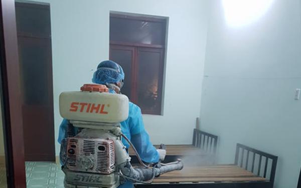 Cơ quan chức năng phun thuốc khử trùng khu cách ly mới ở Bình Thuận. (Ảnh qua afamily)