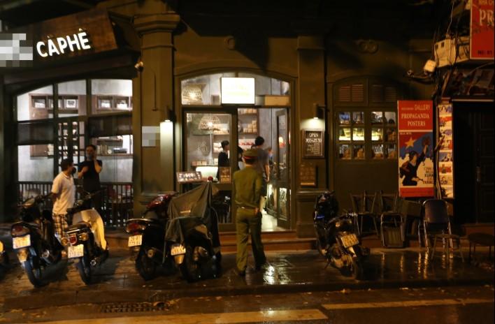 Một quán cà phê nằm thuộc phường Hàng Trống (Hoàn Kiếm, Hà Nội) vẫn mở cửa đón khách. (Ảnh qua dantri)