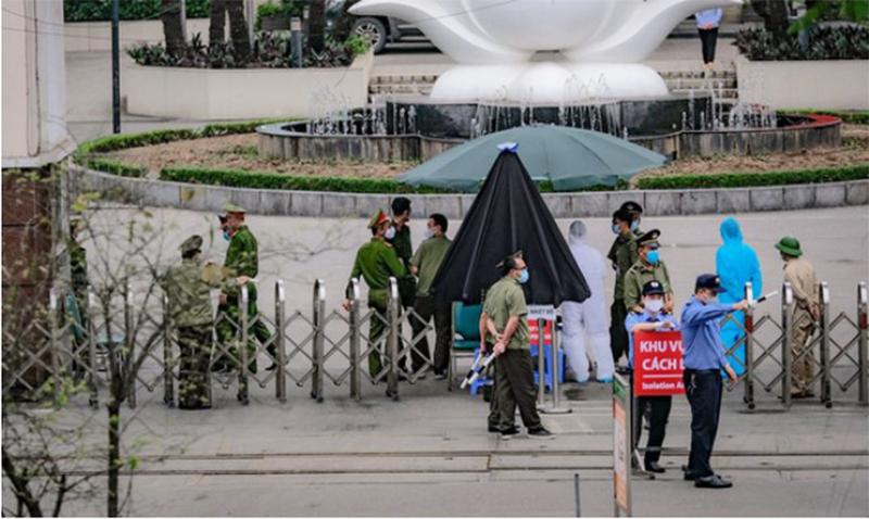 Hàng rào chắn ngay cửa chính tòa nhà Việt Nhật, Bệnh viện Bạch Mai. Bệnh viện này đã ngừng tiếp nhật Bệnh nhân mới từ 28/3. (Ảnh qua tuoitre)