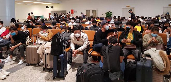 Sân bay Nội Bài chiều 27/2 ùn ứ người về từ Hàn Quốc. (Ảnh qua thanhnien)