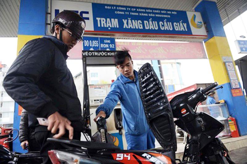 Người tiêu dùng đang phải trả 4.000 đồng thuế bảo vệ môi trường cho mỗi lít xăng được tiêu thụ. (Ảnh qua danviet).