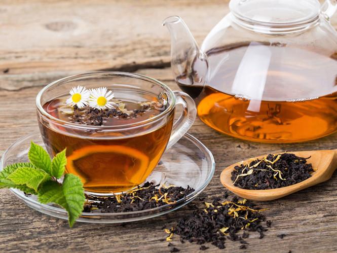 Cả 2 loại trà đen và trà xanh đều có thể kháng virus nhờ vào các đặc tính ức chế enzyme và ức chế thụ thể.