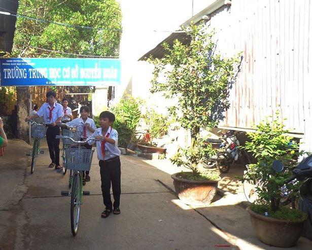 Học sinh Trường THCS Nguyễn Huân ra về sau giờ học. (Ảnh qua tuoitre)
