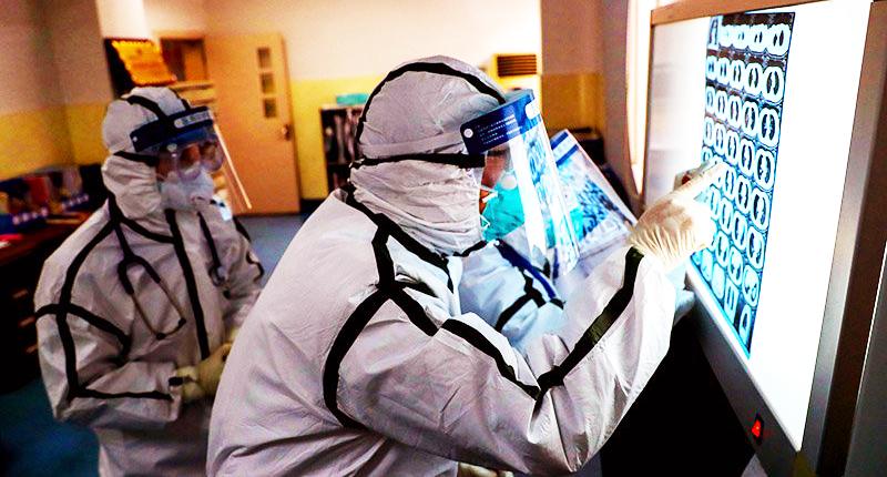 Ngày 3/2, bác sĩ ở bệnh viện Trung đoàn tỉnh Hồ Bắc đang xem xét ảnh chụp CT phổi của bệnh nhân.