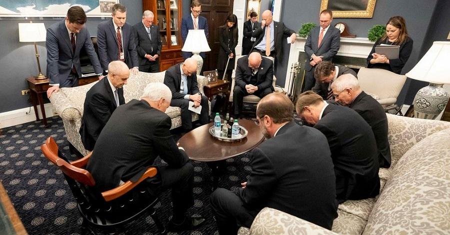 Phó Tổng thống Mỹ cùng các thành viên trong ban chỉ đạo chống dịch Covid-19