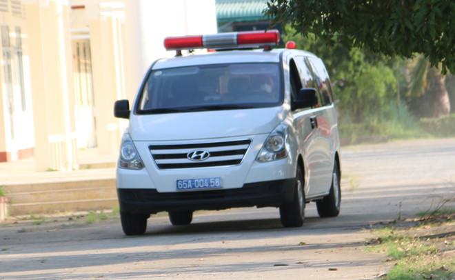 Một chiếc xe cấp cứu chở người từ Hàn Quốc về qua sân bay Cần Thơ vào khu vực cách ly. (Ảnh qua thanhnien)