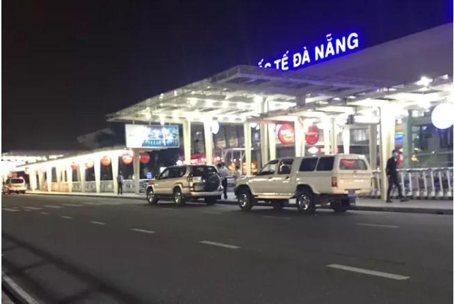 2 xe ô tô của Trung tâm Kiểm soát bệnh tật tỉnh Quảng Nam chở 4 vị khách đang diện cách ly ra sân bay Đà Nẵng. (Ảnh qua nld)