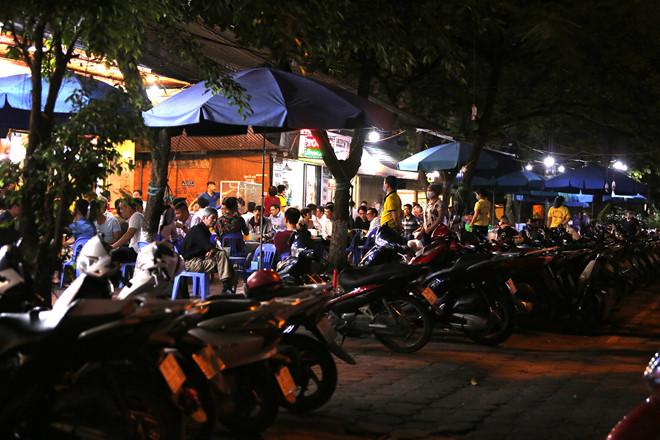 Hàng chục chiếc xe máy đỗ ngay ngắn trên vỉa hè quán nhậu. (Ảnh qua dantri)