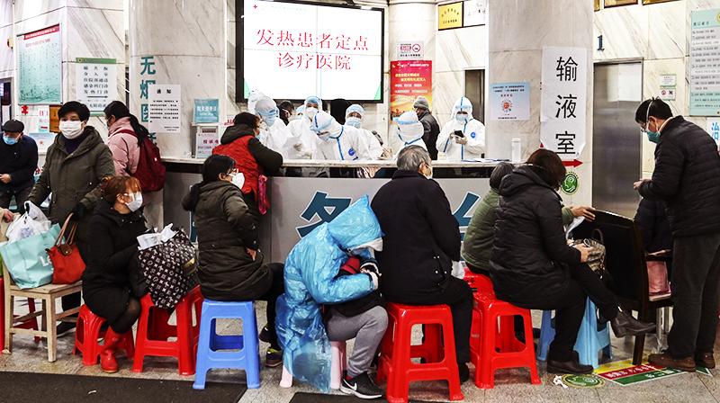 người dân xếp hàng chờ khám bệnh tại bệnh viện hội chữ thập đỏ thành phố Vũ Hán.