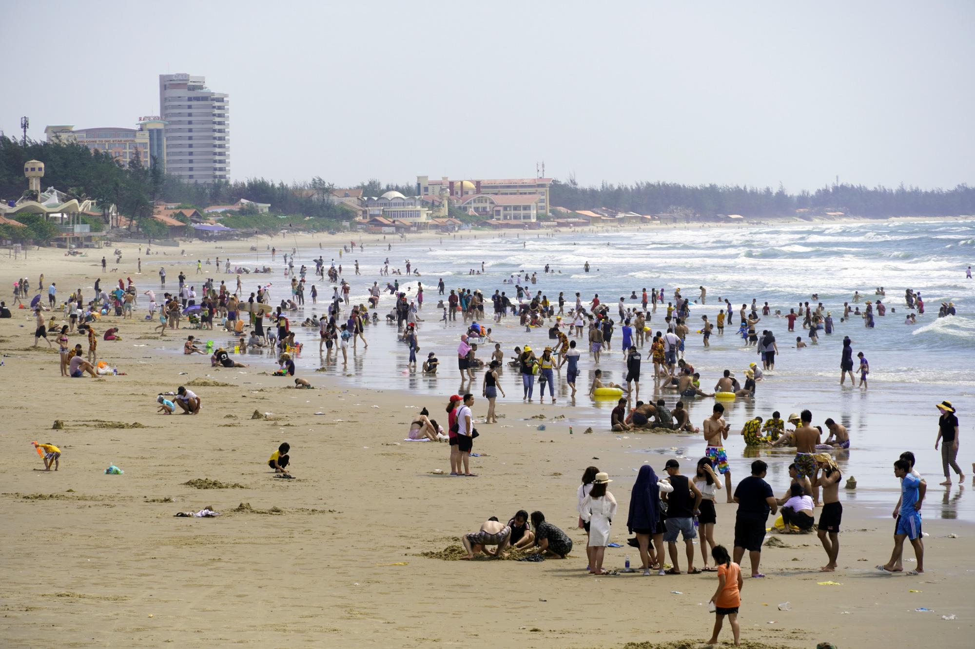 Vũng Tàu: Chưa dỡ lệnh cấm, hàng ngàn người vẫn trèo rào xuống tắm biển - Ảnh 2
