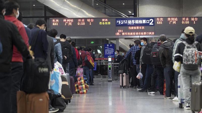 Hành khách xếp hàng chờ lên tàu K81, khởi hành rời Vũ Hán lúc 0h50 ngày 8/4.