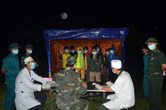 Bộ đội Biên phòng kịp thời phát hiện 12 người vượt biên từ Lào về Việt Nam qua đường mòn tại huyện A Lưới giáp ranh với Lào. (Ảnh qua tienphong)