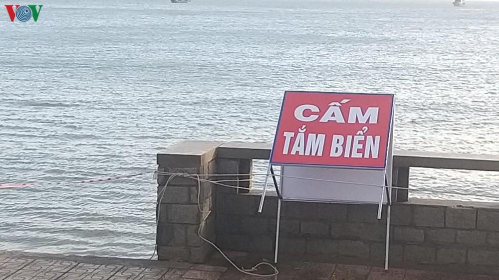 Vũng Tàu: Chưa dỡ lệnh cấm, hàng ngàn người vẫn trèo rào xuống tắm biển - Ảnh 3