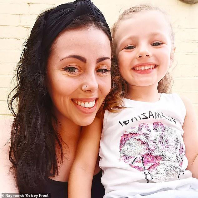 Kelsey Frost 27 tuổi, một y tá đã đã dắt theo con gái Bella 5 tuổi của mình đến siêu thị Sainsbury