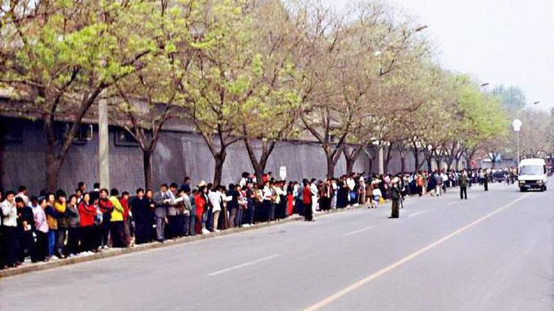 Vào ngày 25/4/1999, hàng chục ngàn học viên Pháp Luân Công tự phát đến Bắc Kinh để thỉnh nguyện ôn hòa