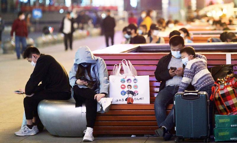 Hành khách đếm ngược tới 0h, chuẩn bị xuất hành khỏi Vũ Hán.