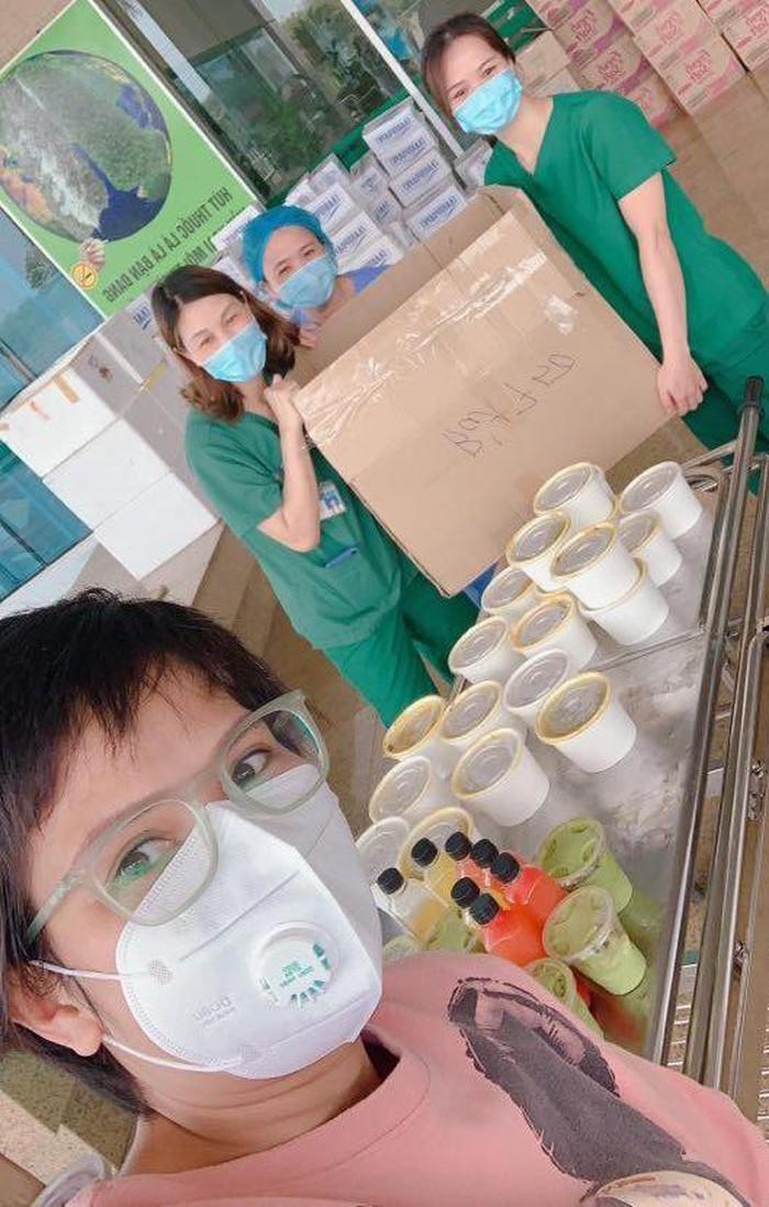Chị Thủy tự làm 120 suất cơm miễn phí đến tặng các y, bác sĩ của bệnh viện.