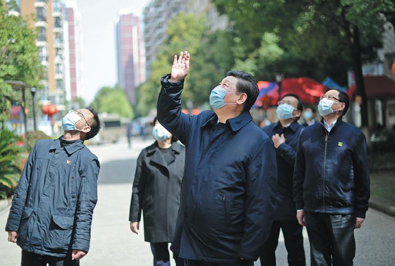 Chủ tịch Trung Quốc Tập Cận Bình thăm hỏi người dân khi tới thăm thành phố Vũ Hán ngày 10/3 =
