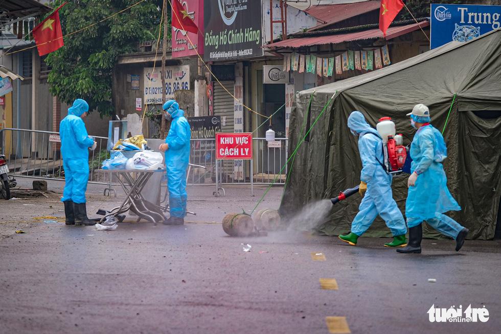 Sáng 8-4, khoảng 10 nhân viên y tế có mặt để phun khử trùng tại thôn Hạ Lôi. (Ảnh qua tuoitre)