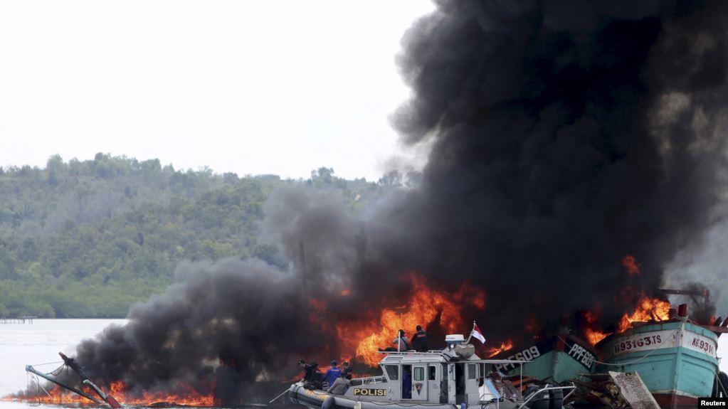 Cảnh sát và hải quân Indonesia phóng hoả phá huỷ các tàu cá Việt Nam và Malaysia vì đã đánh bắt hải sản trái phép trong vùng biển của nước này. (Ảnh qua voatiengviet)