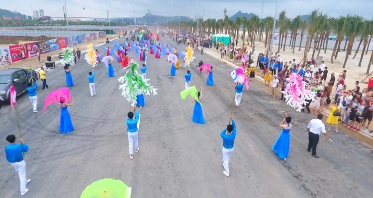 Lễ hội Carnaval 2019 tại Quảng Ninh đã thu hút sự tham gia cảu hàng ngàn người dân và du khách nước ngoài.  (Ảnh qua congthuong)