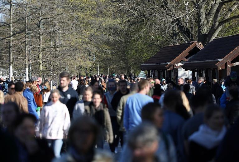 Cảnh tượng đông đúc tại công viên ở Berlin sau khi chính phủ nới lỏng các hạn chế tụ tập đông người hôm 20/4. Ảnh: Reuters.
