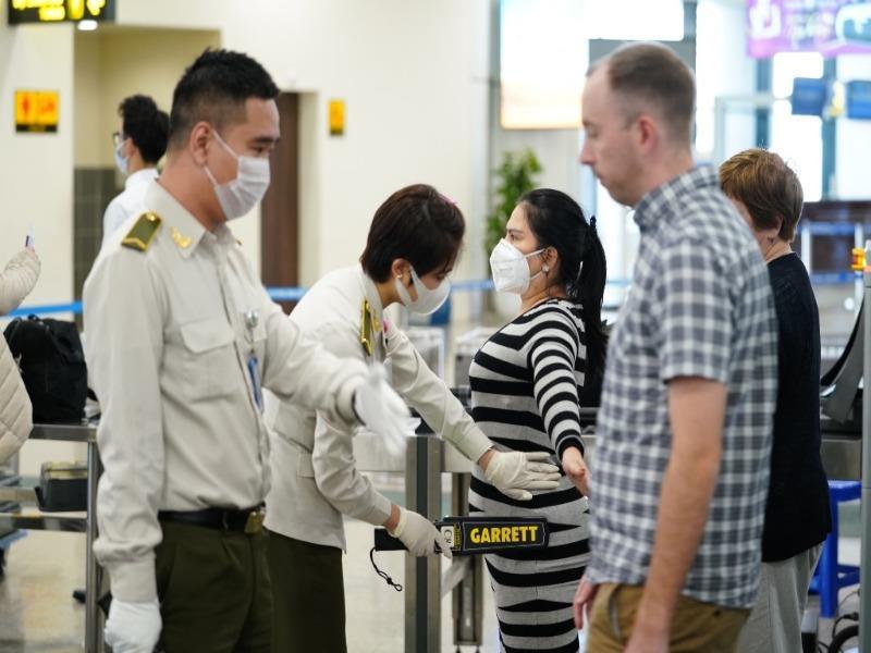 Bộ LĐ-TB&XH kiến nghị cho các chuyên gia, nhà quản lý nước ngoài được nhập cảnh vào Việt Nam. (Ảnh qua Plo)