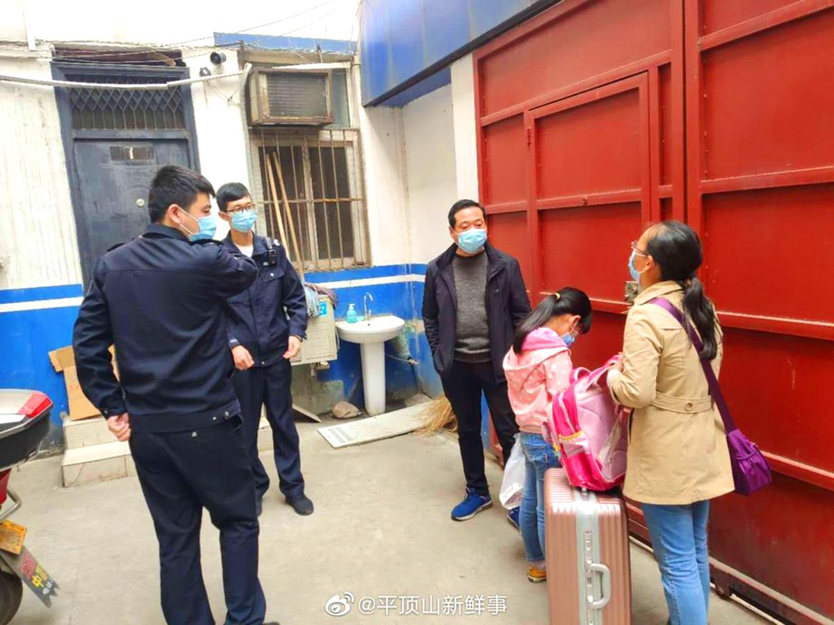 """Trung Quốc: Một gia đình lâm vào cảnh tuyệt vọng phải treo biển """"chuyển nhượng"""" con gái (ảnh 4)"""