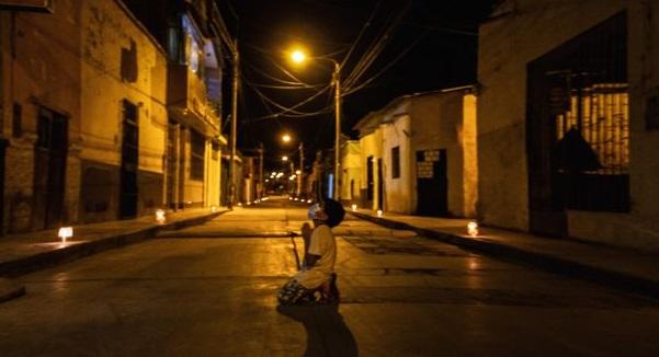 Em bé Peru cầu nguyện giữa đường phố mong thế giới vượt qua đại dịch