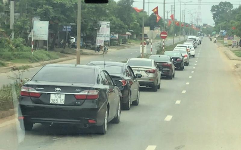 Đoàn xe ô tô rước dâu 20 chiếc xuất hiện trên đường chỉ là xe bạn bè đi sau xe cô dâu chú rể để chụp ảnh, quay phim. (Ảnh qua tintuc)