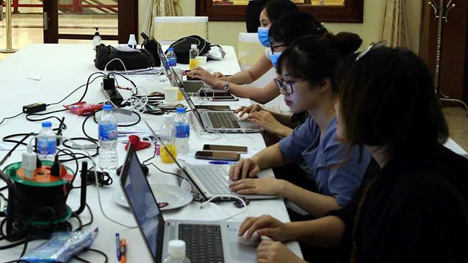 Các tình nguyện viên hỗ trợ các chuyên gia phân tích dữ liệu. (Ảnh qua thanhnien)