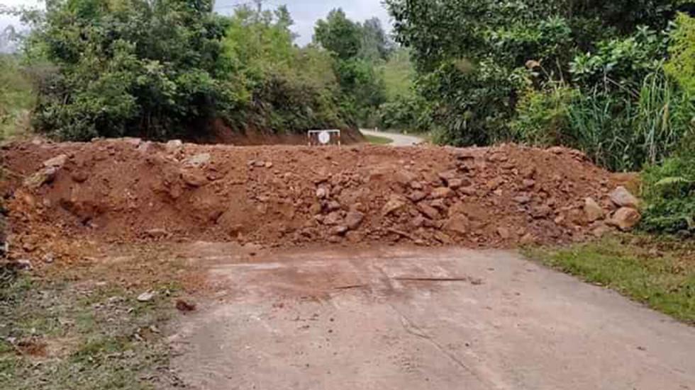 Quảng Ninh tiến hành đổ đất, bịt đường để ngăn người dân đi lại - Ảnh 1