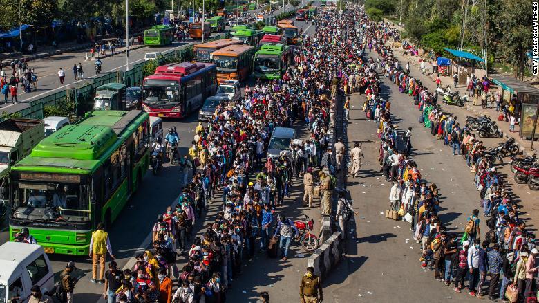 Bất chấp lệnh cấm, hàng vạn người di cư muốn chạy trốn khỏi ổ dịch