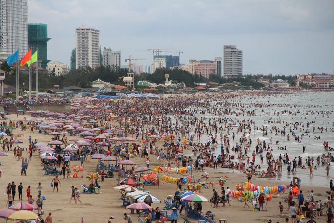 Du khách vui chơi, tắm biển tại Bà Rịa-Vũng Tàu trong dịp Tết Nguyên Đán 2020. (Ảnh qua nld)
