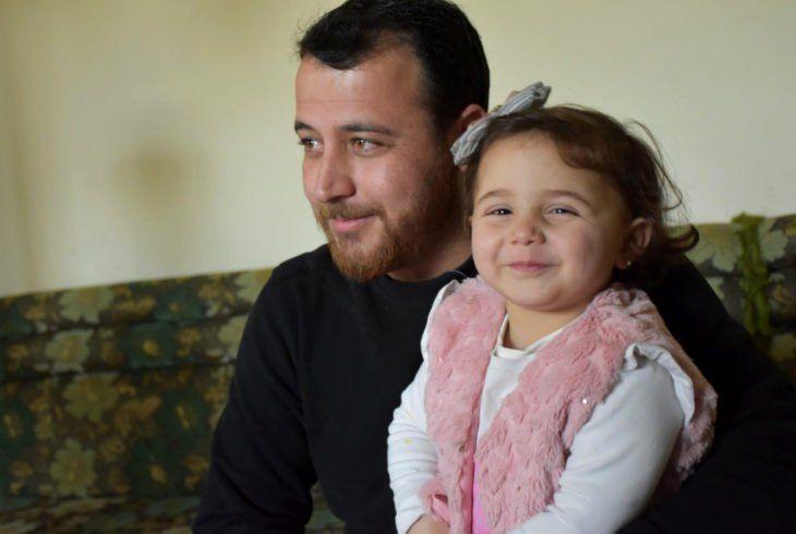 Anh Abdullah Al-Mohammad cùng con gái.