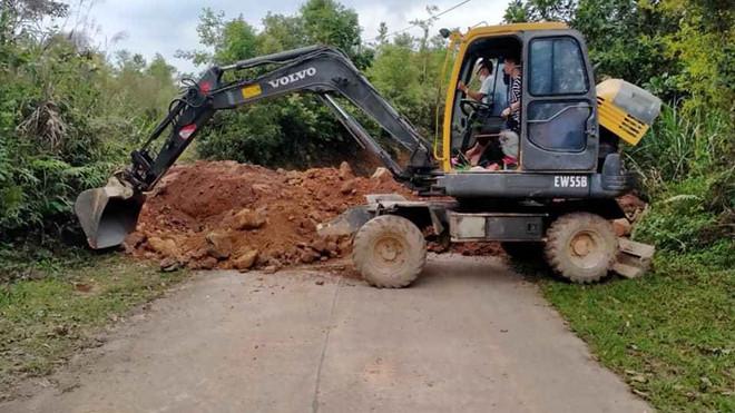 Quảng Ninh tiến hành đổ đất, bịt đường để ngăn người dân đi lại - Ảnh 3