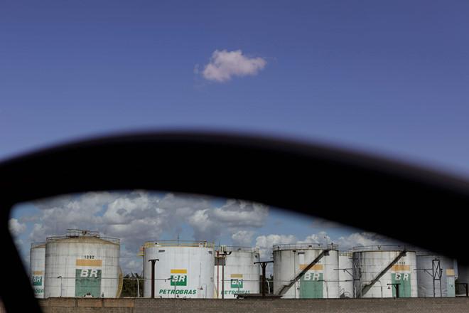 Giá dầu thế giới hợp đồng tháng 6 lại đối diện nguy cơ dư cung, lo ngại thị trường xuống âm lần 2 trong năm. (Ảnh qua thanhnien)