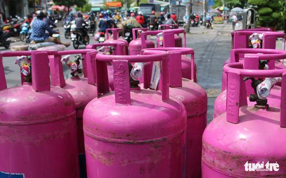 Sau xăng dầu, đến lượt giá gas có mức giảm kỷ lục. (Ảnh qua tuoitre)