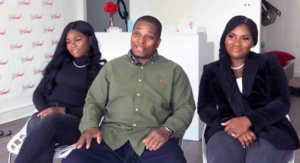 Ông Kenneth cùng hai cô con gái của mình.