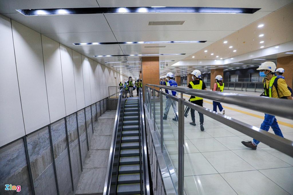 Hệ thống thang máy, thang cuốn tự động và cầu thang cho người khuyết tật tại ga Nhà hát thành phố đang dần hoàn thiện. (Ảnh qua Zing)
