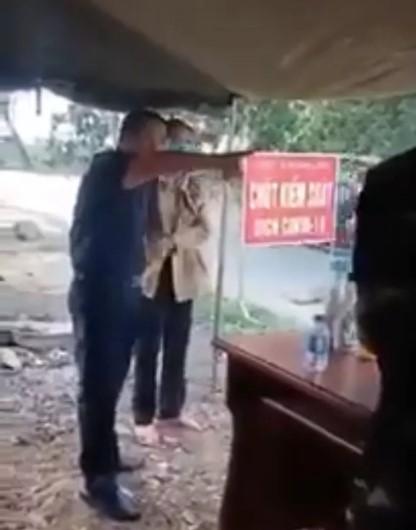 Phó Chủ tịch HĐND huyện Hớn Quản ông Lưu Văn Thanh đập bàn, chỉ tay vào mặt lực lượng kiểm soát dịch  Vũ Hán. (Ảnh cắt từ clip).