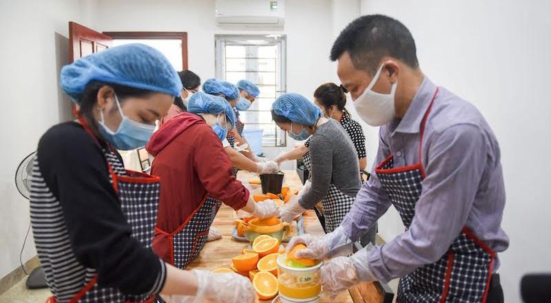 Nhóm thiện nguyện vắt 5.000 chai nước cam tặng bác sĩ tuyến đầu chống dịch