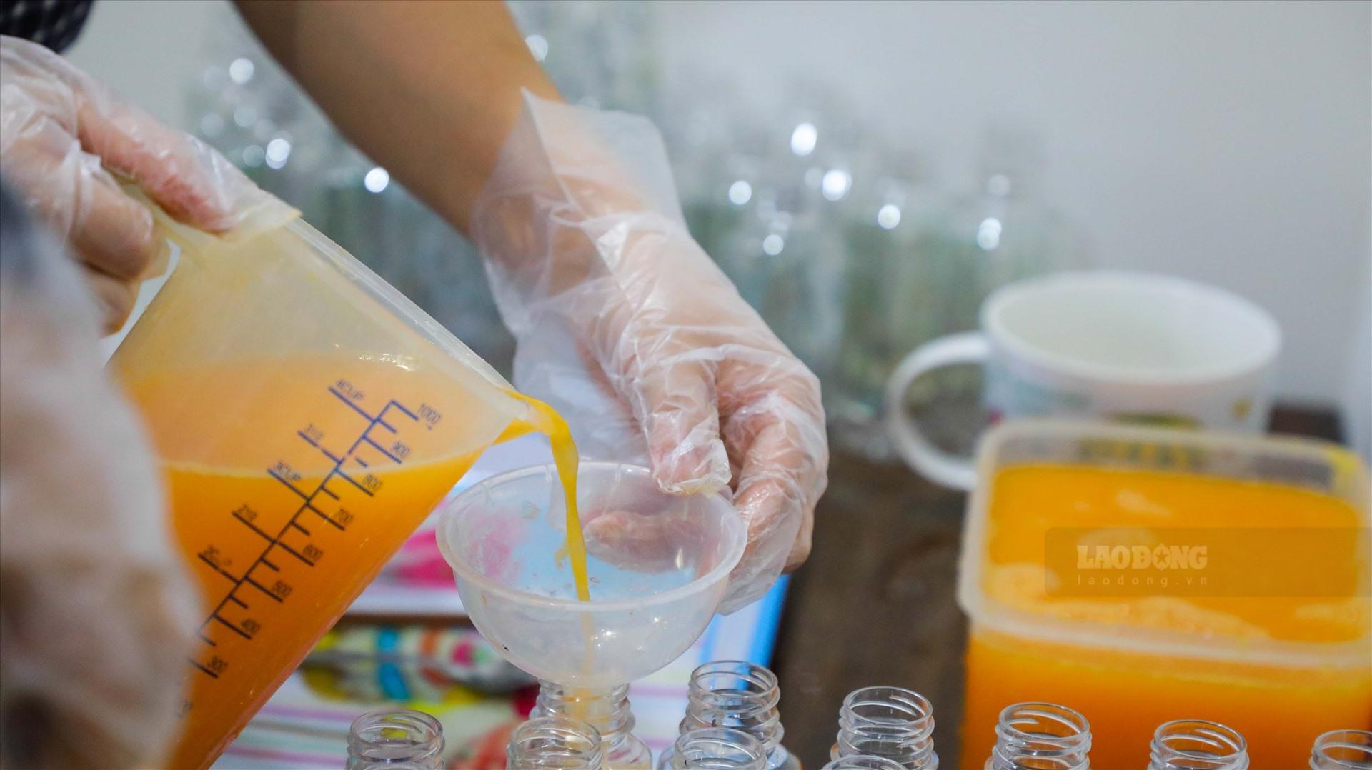 Cam sau khi vắt xong sẽ được đem đóng chai.
