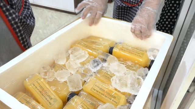 Nước cam khi đem đến bệnh viện được đóng kỹ lưởng trong thùng xốp ướp đá, để cam đảm bảo được độ tươi ngon.