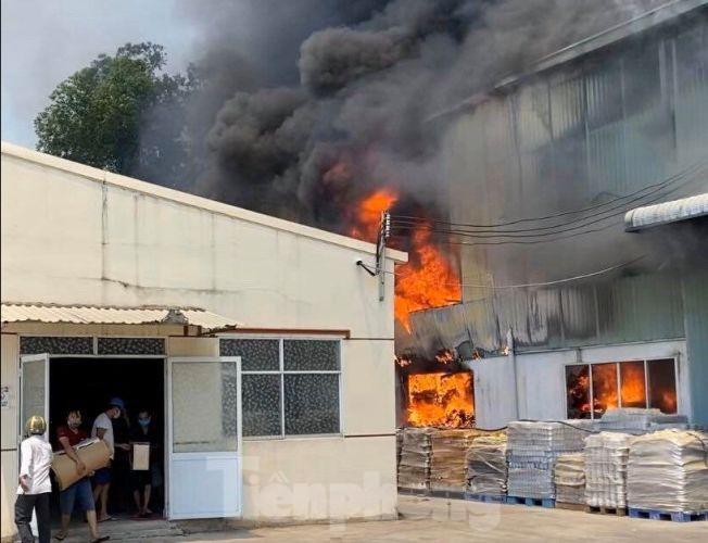 Cháy lớn tại khu nhà xưởng của một công ty chuyên sản xuất gốm sứ ở Bình Dương. (Ảnh qua tienphong)