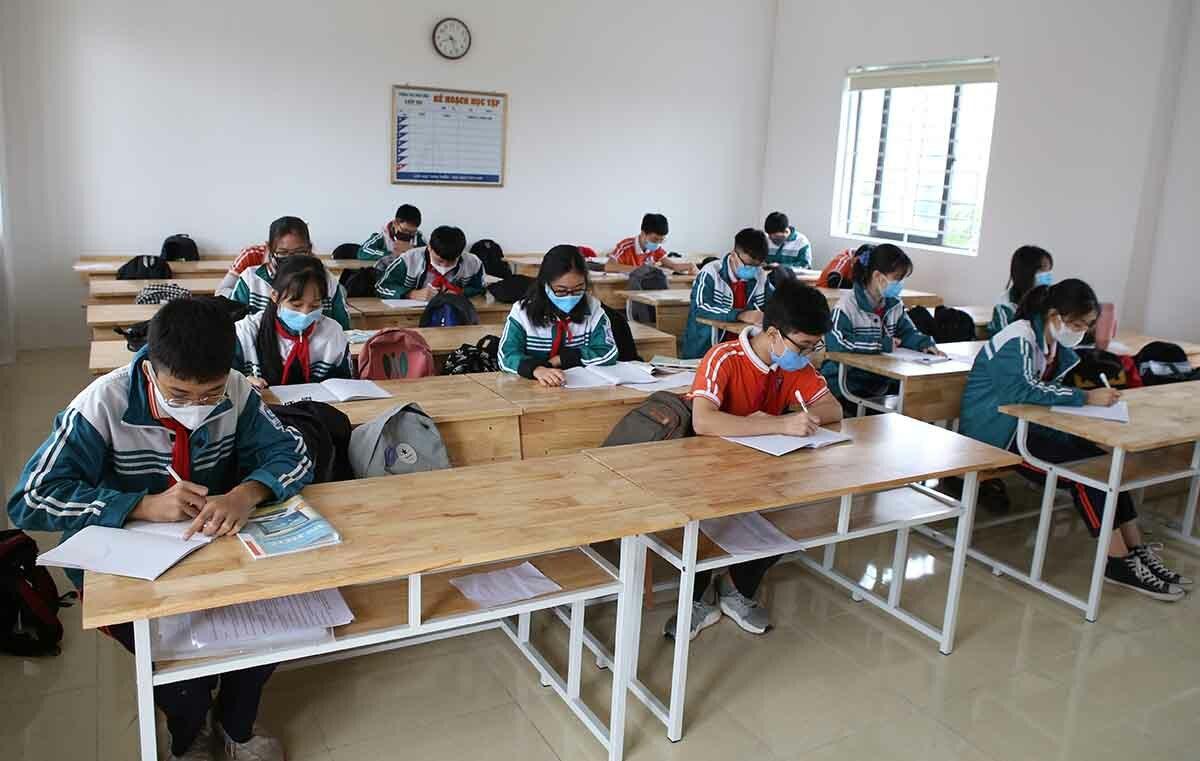 Lớp khối 8, trường THCS Hưng Bình (TP. Vinh) trong buổi học sáng 27/4. (Ảnh qua vnexpress)