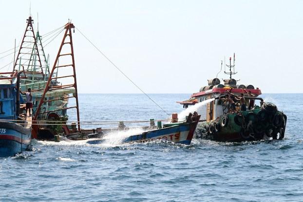 Indonesia đánh chìm tàu cá Việt Nam ở đảo Datuk hôm 4/5/2019. (Ảnh qua rfa)