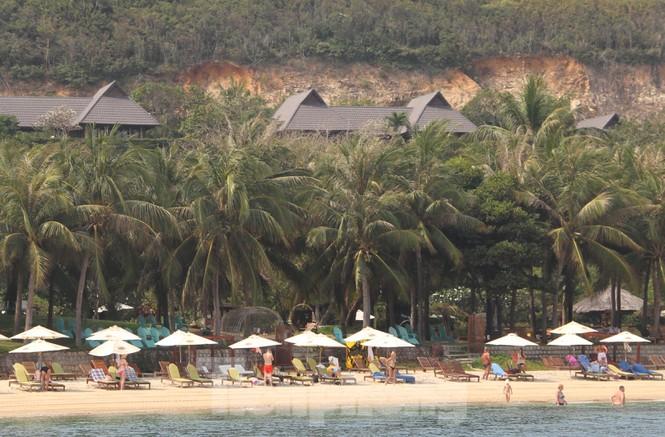 Khách du lịch tắm biển tại khu du lịch đảo Hòn Tằm. (Ảnh qua tienphong)